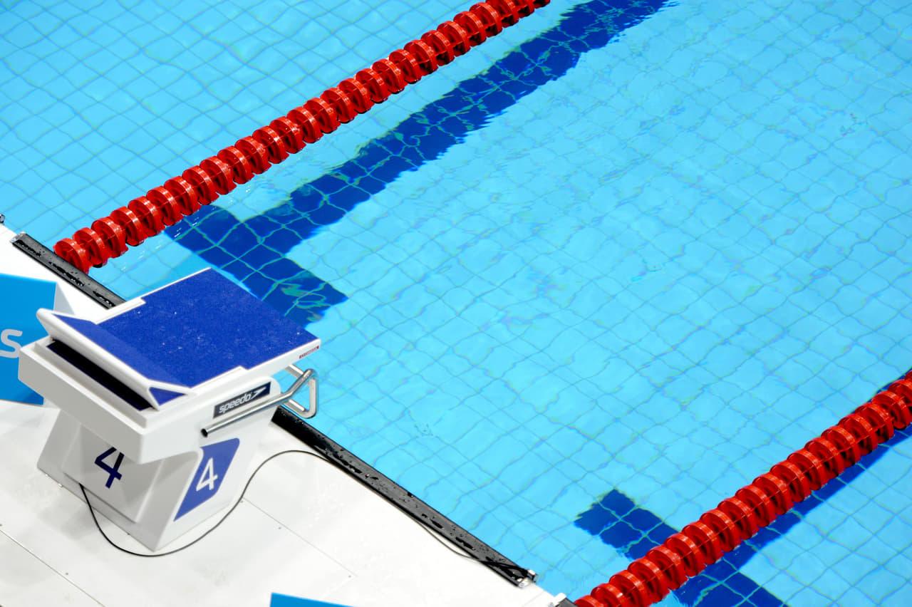 プールの飛び込み台