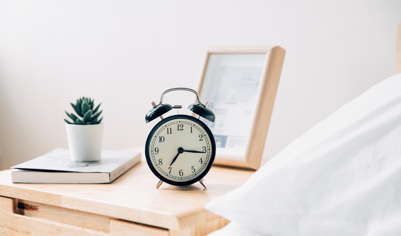 寝室にある目覚まし時計