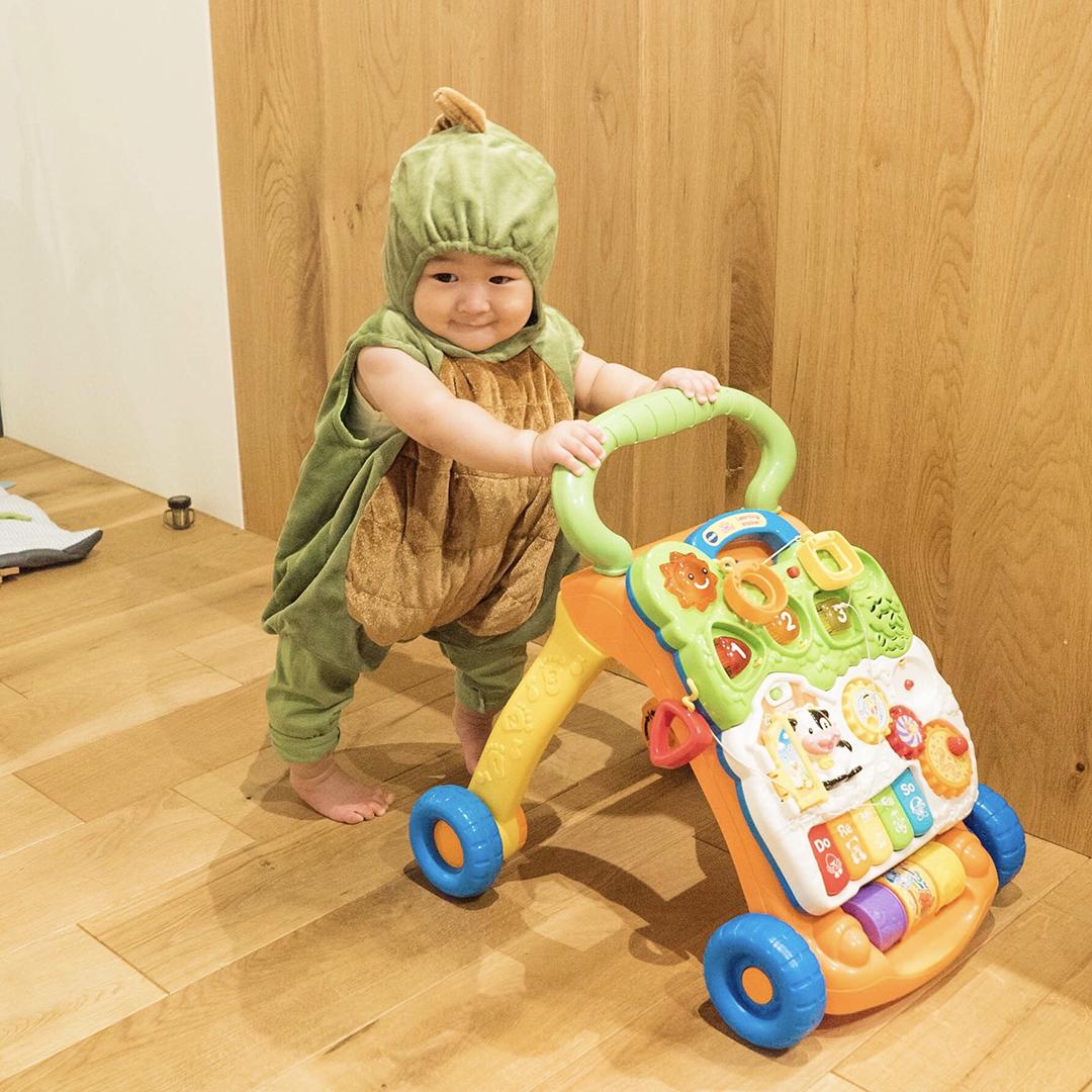 手押し車を使う子供