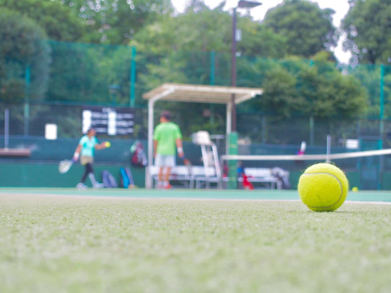 テニスコートとテニスボール