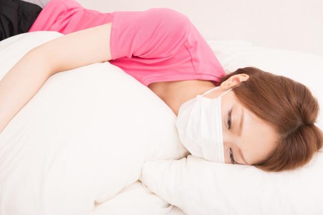 マスクをして寝ている女性