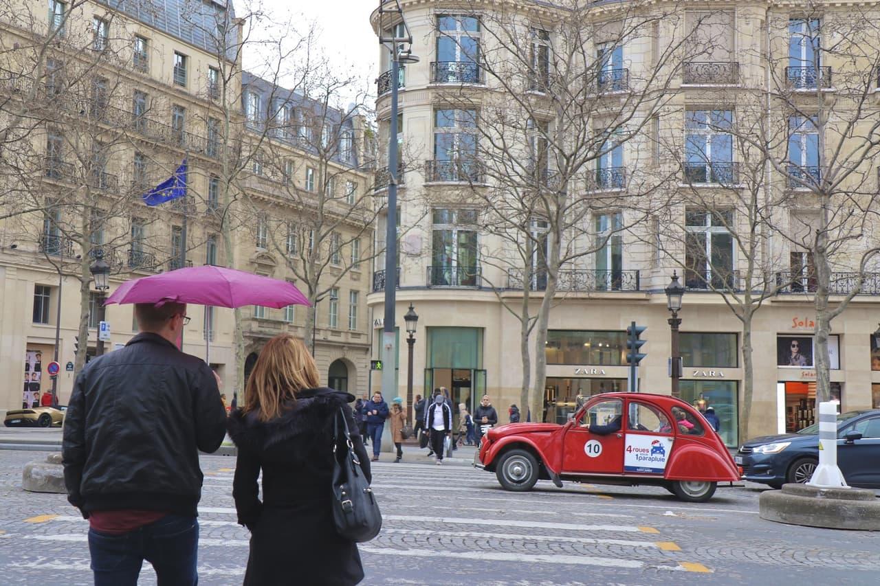 折り畳み傘をさす男性と女性