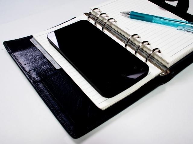 ビジネス手帳とスマホ