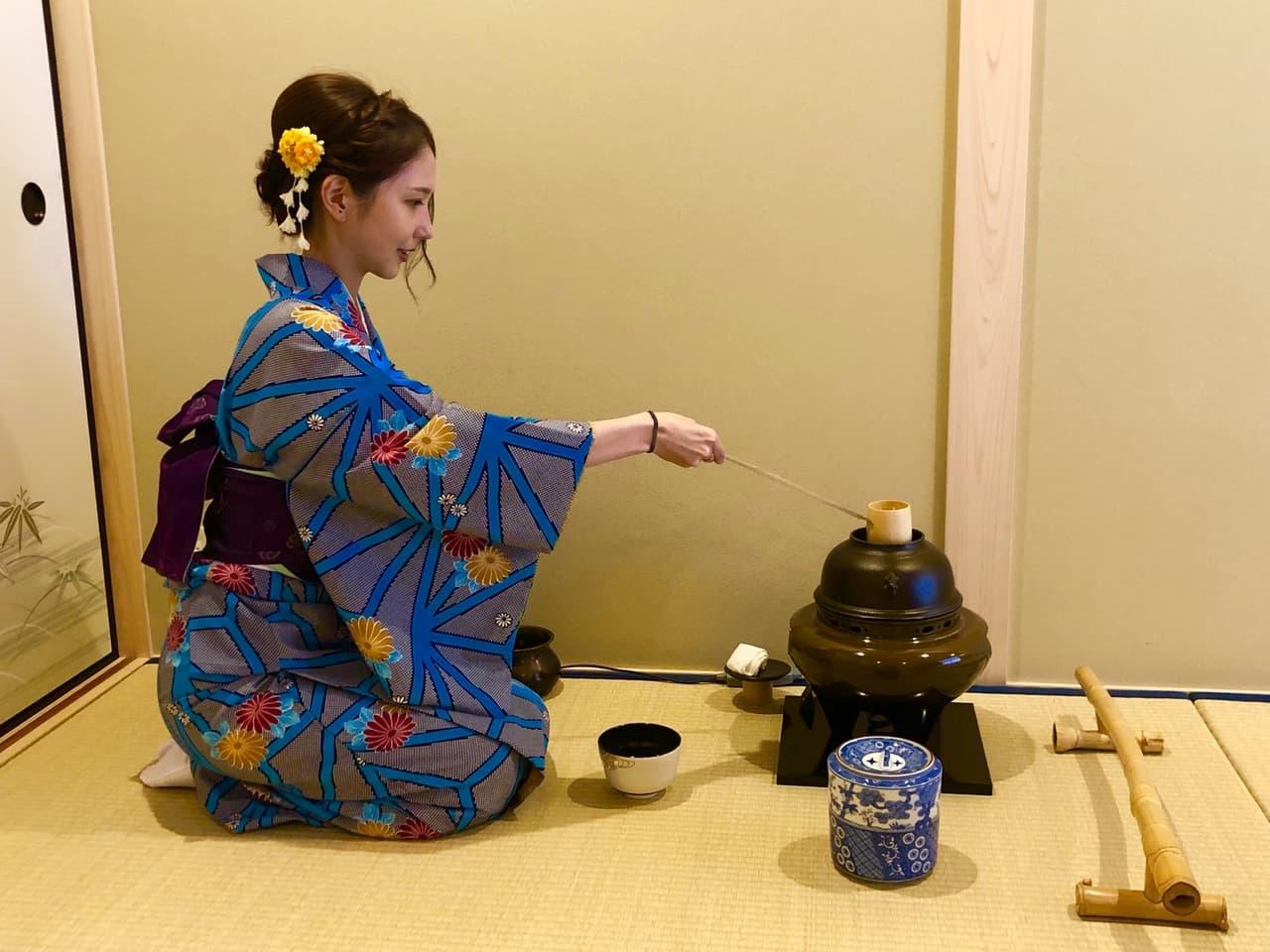 茶道をする女性