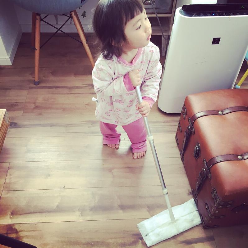 子供とフローリング掃除シート