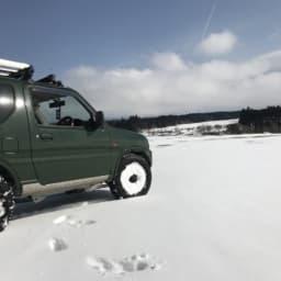 雪の上を走る車