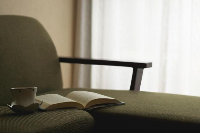ソファで読書