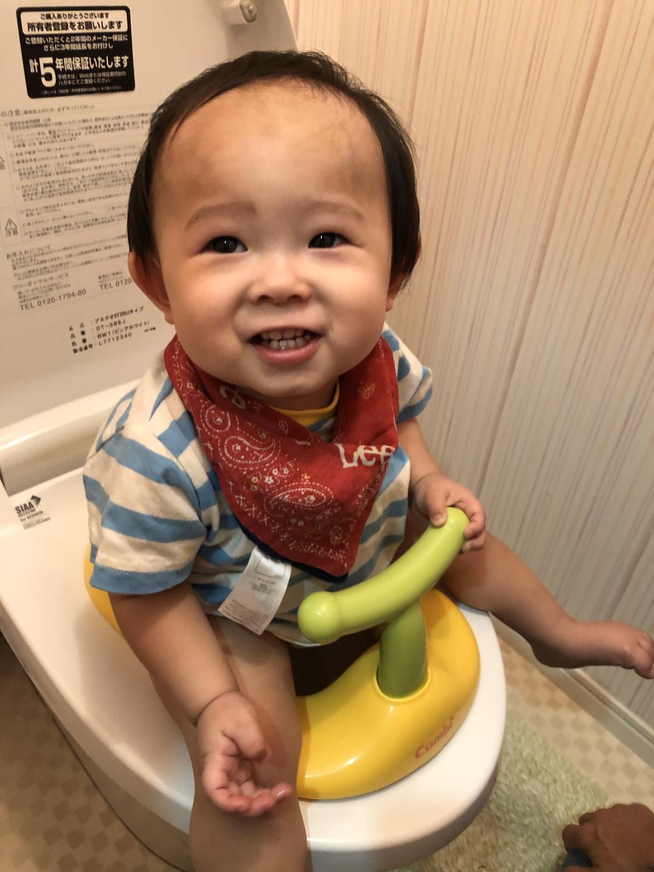 赤ちゃんがトイレをしている