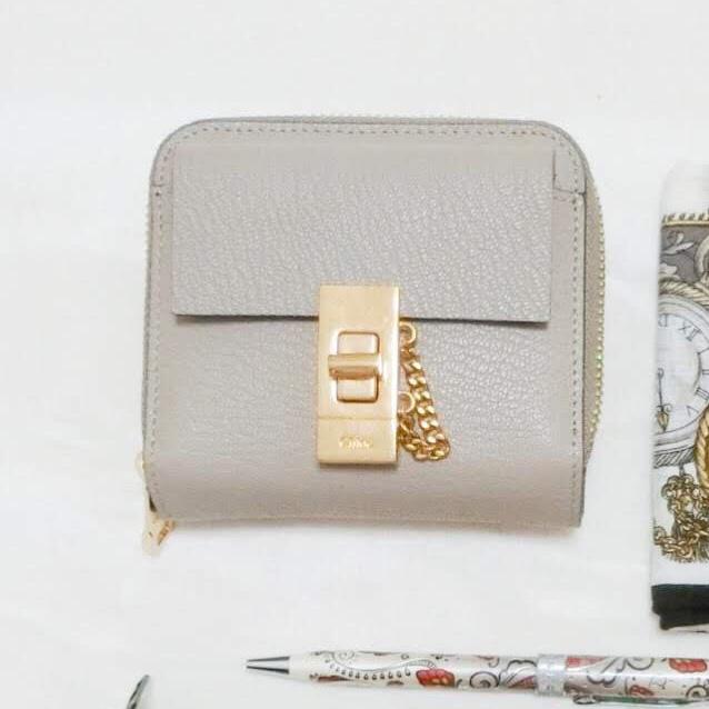 4361bb8b866c 私が使用している二つ折り財布は、札入れ、ラウンドファスナーの 小銭入れ、カード入れ、フラップポケットがあるデザイン。 素材:ラムスキン カラー:グレー  原産 ...