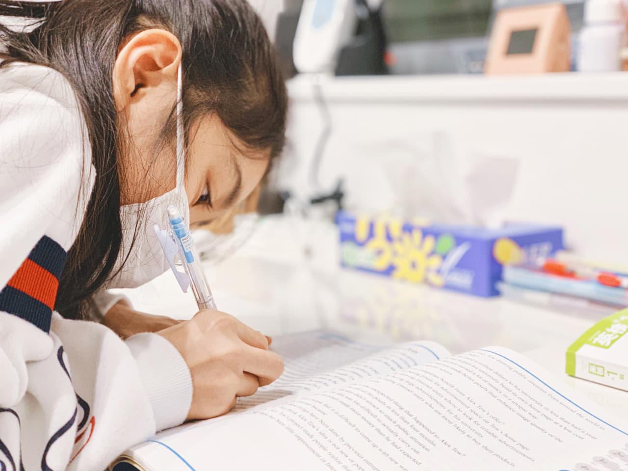 マスクをつけ勉強する女の子