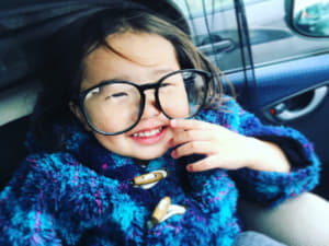 眼鏡をかけている子供