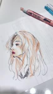 色鉛筆で描かれた女性