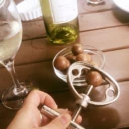 マカデミアナッツの殻取り
