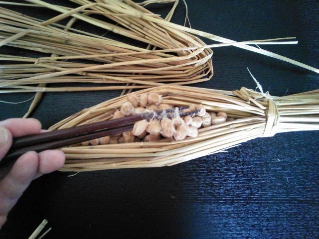 藁に詰まった納豆