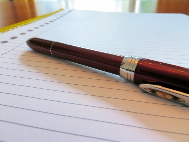 ノートの上のボールペン