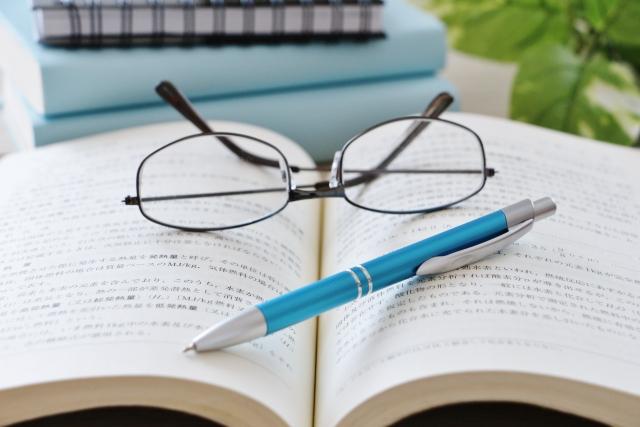 メガネとノートとボールペン