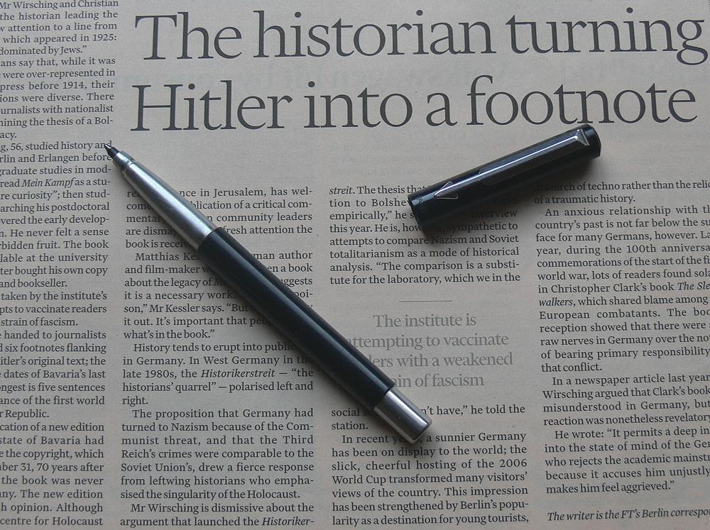 英字新聞とボールペン
