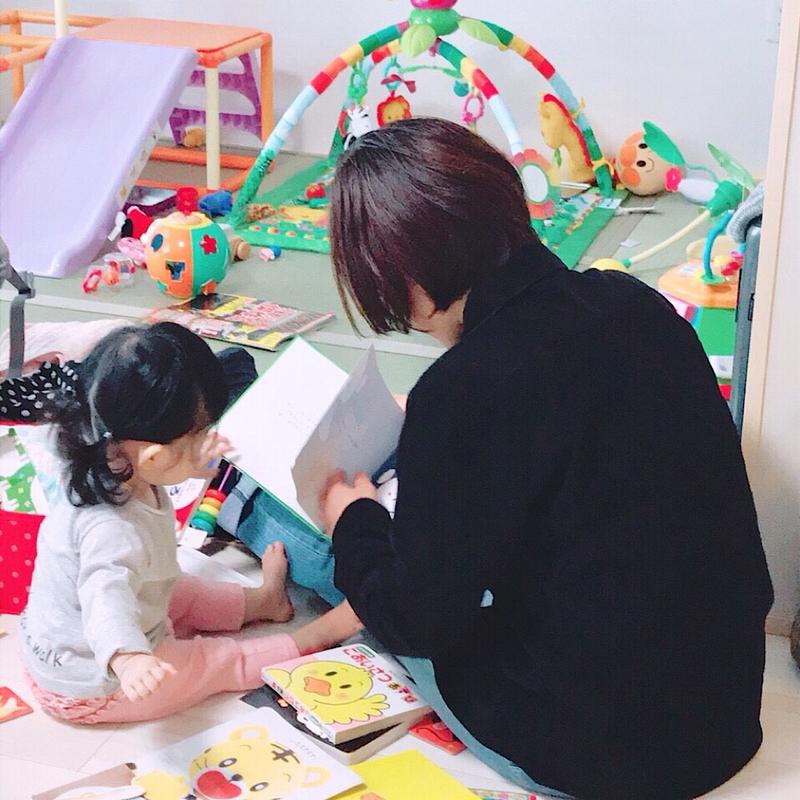絵本を読むお母さんと子供