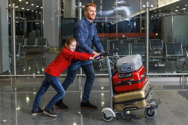 キャリーカートで荷物を運ぶ親子