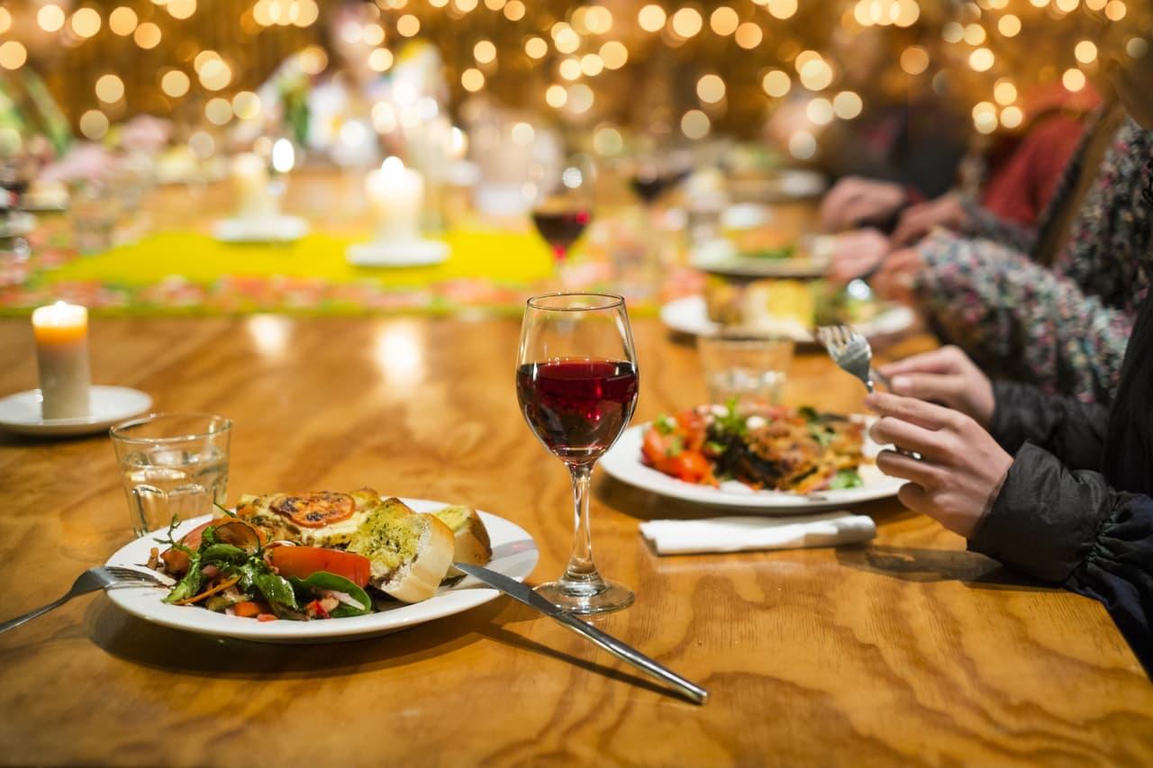 食卓にあるワインの画像