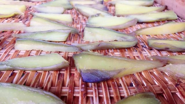乾燥中の干し芋