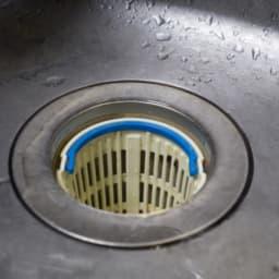 排水口に入れた水切りカゴ