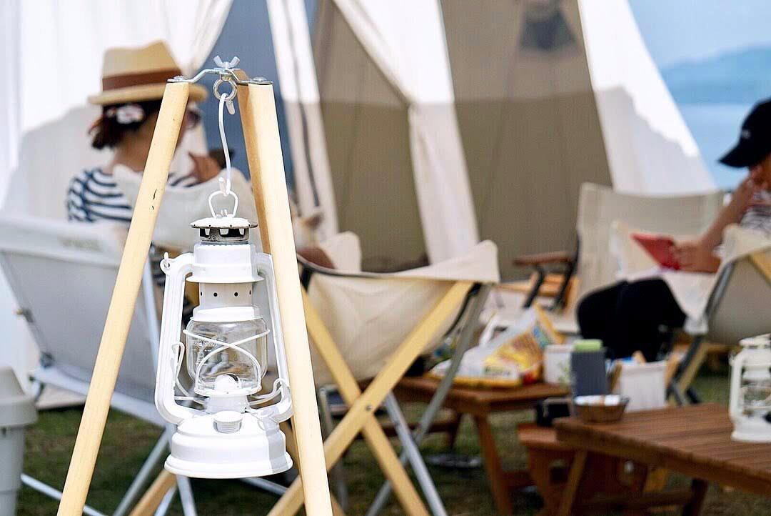 キャンプのライトとチェア