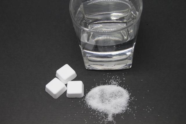 塩分タブレットと水