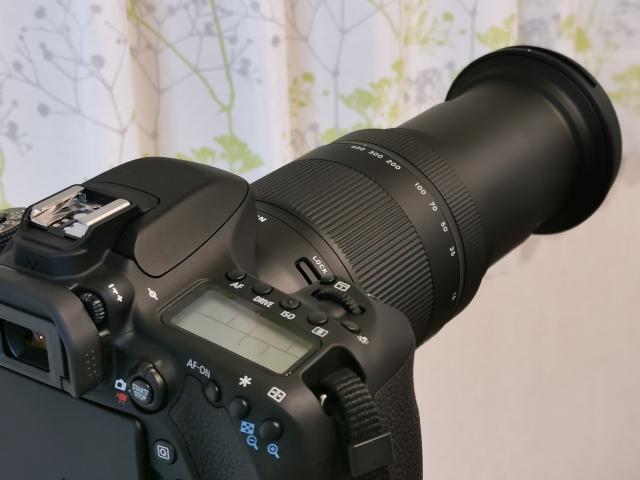 望遠レンズを装着したミラーレス一眼
