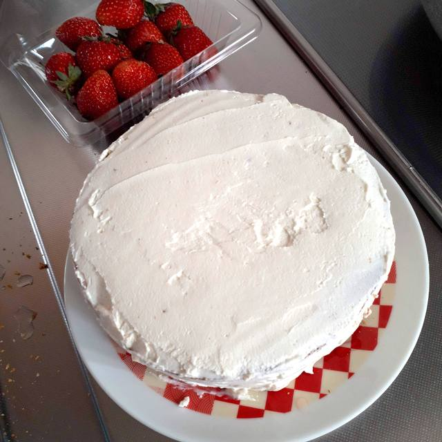 ケーキのデコレーション中