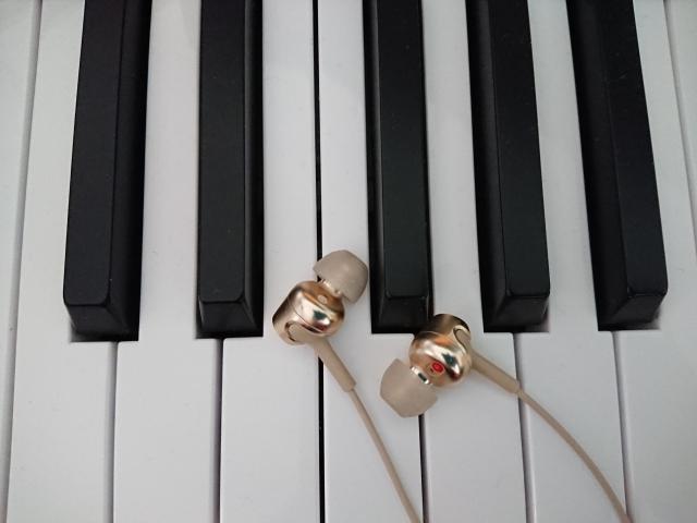 鍵盤上のイヤホン