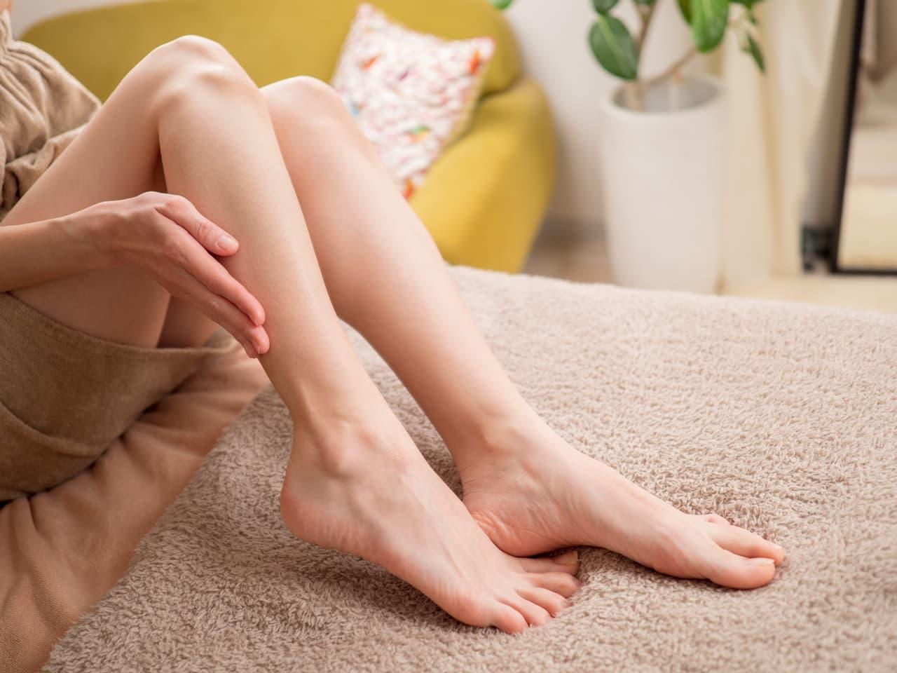 足を触る女性の画像