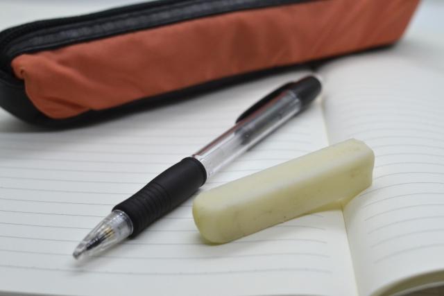 ペンケースとシャーペン、消しゴム