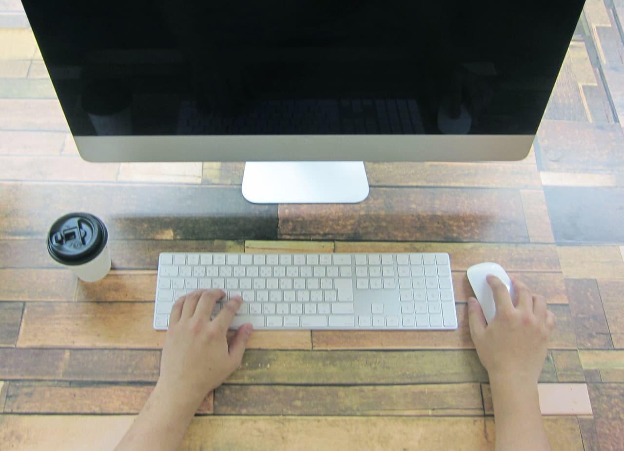 パソコン作業をする人