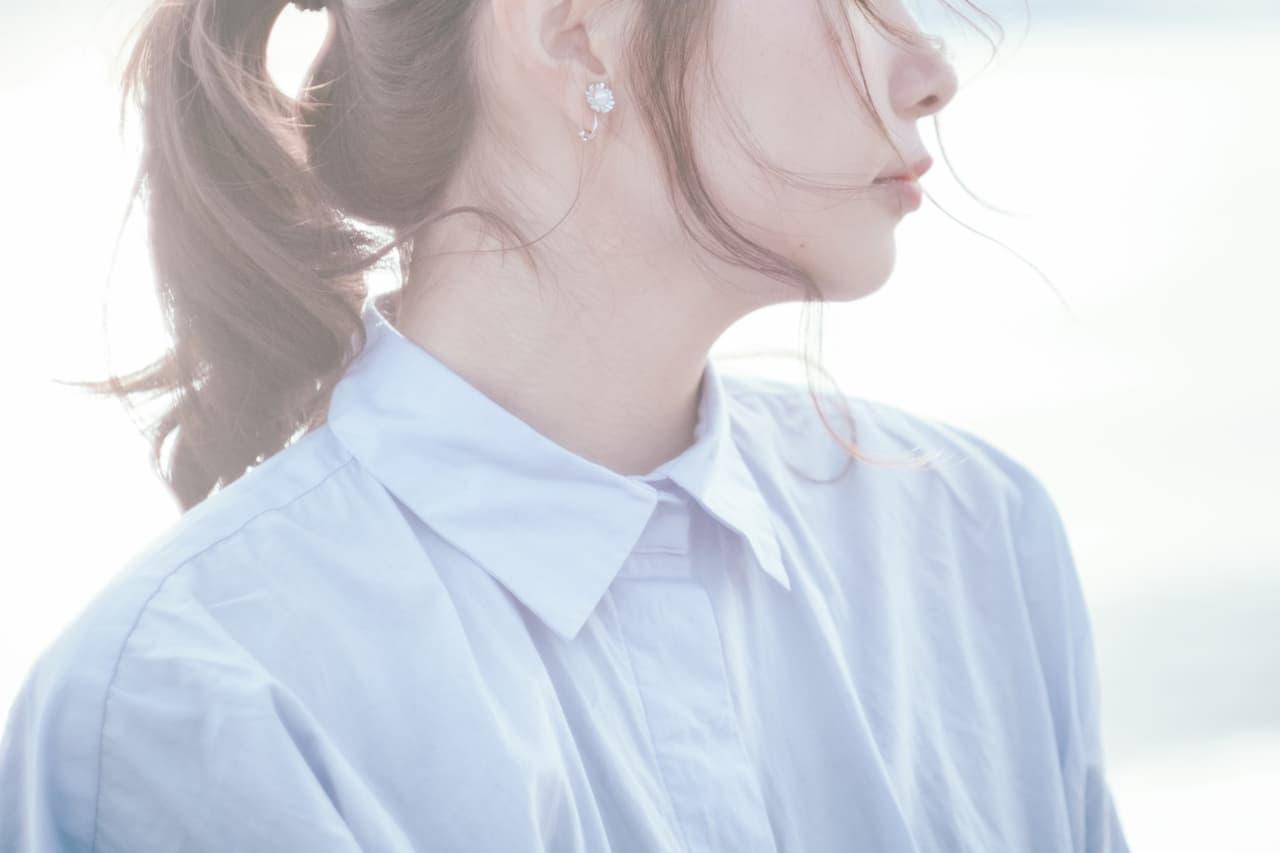 ワイシャツを着た女性の画像