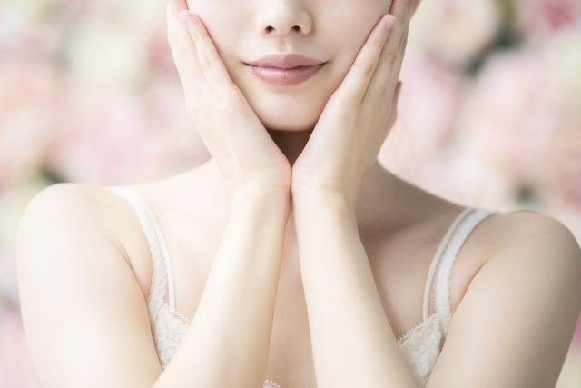 両手で頬を抑える女性