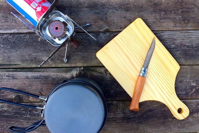 ナイフとまな板と鍋とバーナー