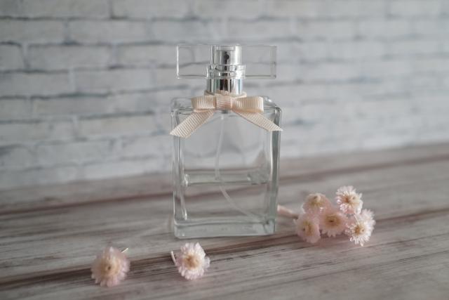 https://www.photo-ac.com/main/detail/2350716?title=香水と花%E3%80%8003