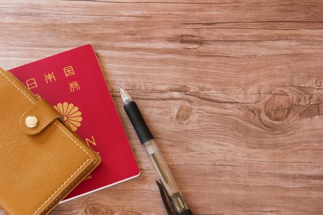 ボールペンと手帳、パスポート