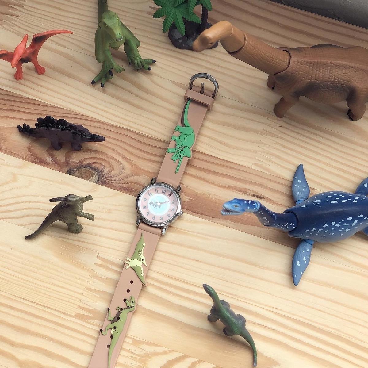恐竜のフィギュアと腕時計