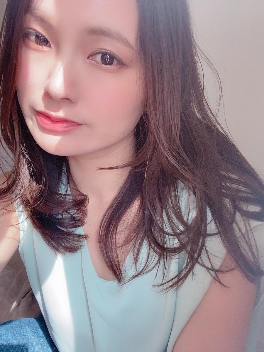 女性 髪 顔 ファンデ