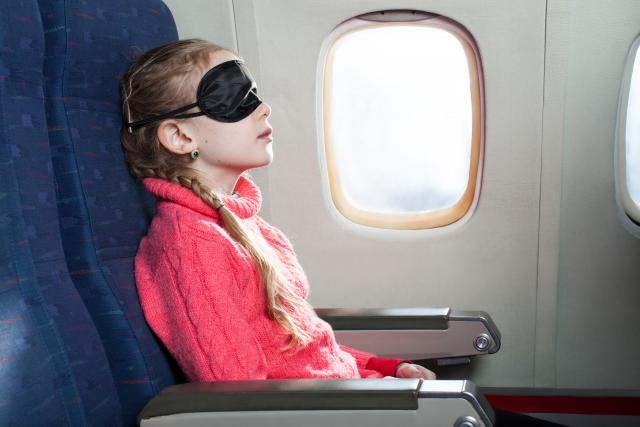 アイマスクをする女の子