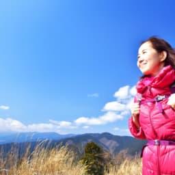 登山中の女性の画像