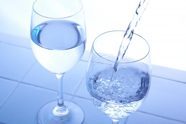 水を注ぐワイングラス