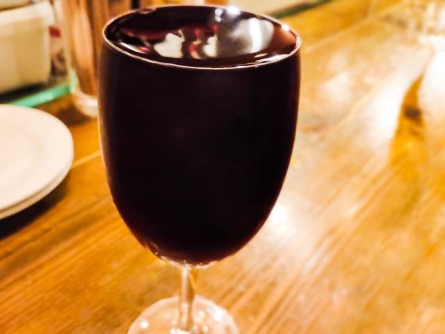 いっぱい注がれたワイングラス