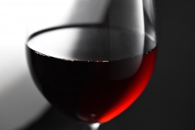 赤ワインを注いだグラス