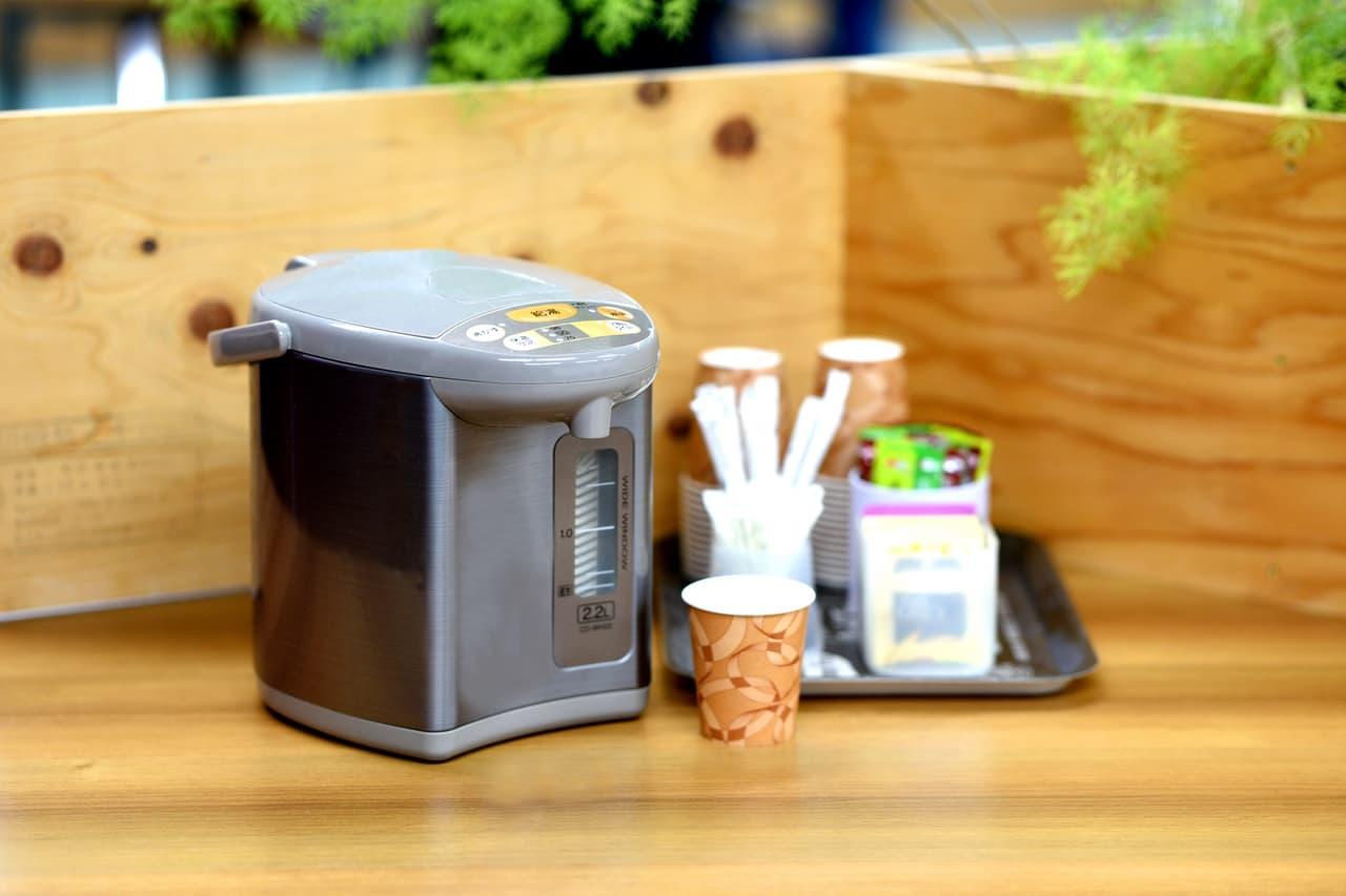 電気ポットとお茶セットの画像
