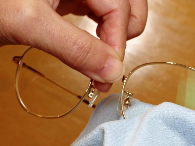 眼鏡を拭く人