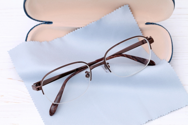 眼鏡とケースと眼鏡拭き
