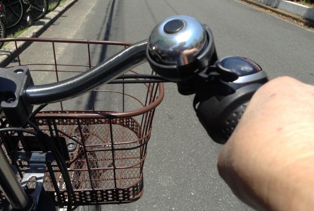 電動自転車に乗る人